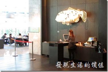 台北【寒舍艾美.探索廚房】的餐應入口處有個【夢之魚】的藝術裝置。