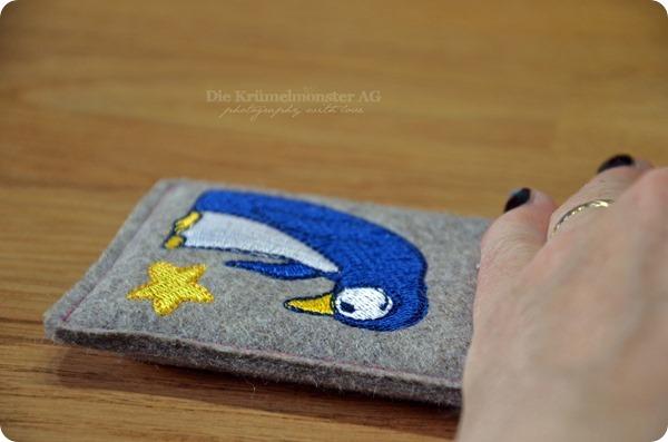 Hülle iPhone 5S Filz Anja Riegers Pinguin mit Stern (4)