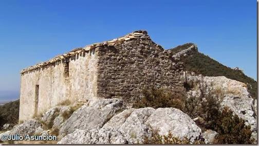 Ermita de san Bernabé y al fondo Peña del Abrigo - Unzué