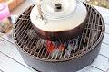 まず、炭とスーパー豆炭で着火。お湯を沸かします。この際に、シェラカップでバターも溶かしておきます