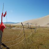 Tianshan - Drapeaux au pied de la dune