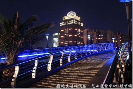 昆山夜晚的步行橋及裕園酒店旁新蓋的大樓。