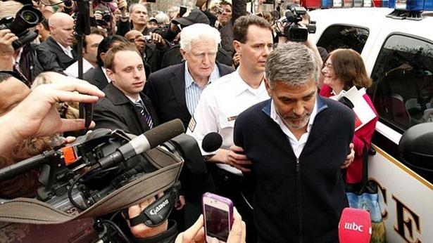 George-Clooney-foi-retirado-por-policiais-de-frente-da-embaixada-do-Sudao-size-598