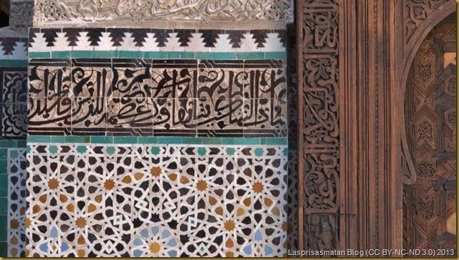 Detalles de los azulejos, escayola y madera tallada
