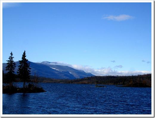 Äntligen lite annat än skog. En mycket trevlig sjö, Stuor Dáhtá. Tänk att få slänga i kajaken på ett sådant här ställe.