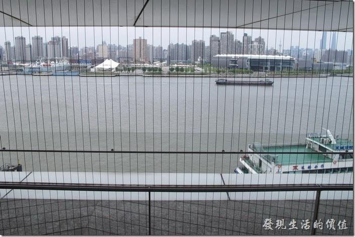 上海-望湘園。這次運氣好,剛好前一桌客人用完餐,正好可以坐在窗邊用餐並欣賞黃浦江的風景。