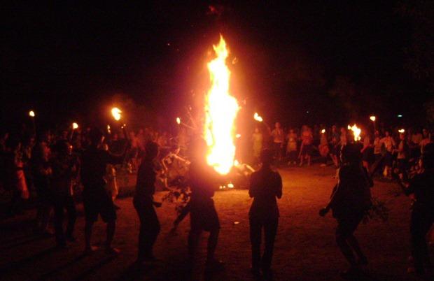 lửa trại - một hình thức xây dựng tinh thần đồng đội