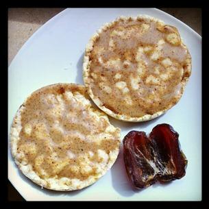 3 Nussbutter-Maiswaffeln und 1 Medjool-Dattel als Snack
