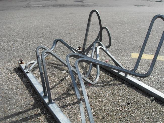 Væltet cykelstativ