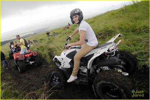 zac-efron-phillipines-trip-06