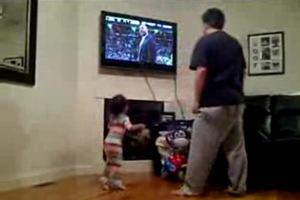 Баскетбольный фанат - милая маленькая девочка