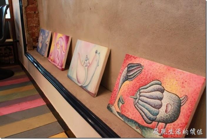台南mumu小客廳早午餐的餐廳內裝潢除了保留一些舊有的元素之後,也大量運用圖畫的擺飾來中和老舊的感覺。