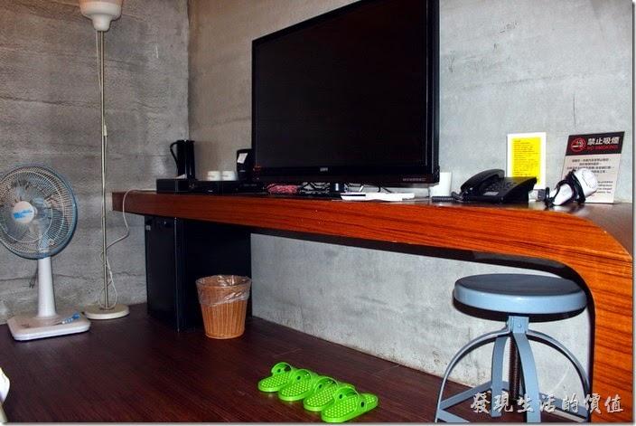屏東-林邊東港-發現號祕境民宿。客房內的桌子真的有點小,不太適合在上面做什麼事情。