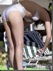rumer-willis-shows-off-her-bikini-body-in-hawaii-06-675x900
