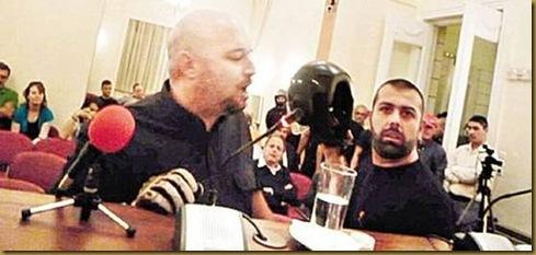Στη φωτογραφία εικονίζονται δύο από τους Χρυσαυγίτες που διέκοψαν με τραμπουκισμούς στις 2 Ιουνίου 2009 την παρουσίαση του «Ελληνο-μακεδονικού λεξικού» του Βάσκο Καρατζά στην Ενωση Ανταποκριτών Ξένου Τύπου. Ο Ηλίας Παναγιώταρος που ήταν επικεφαλής της ομάδας των είκοσι νεοναζί εικονίζεται αριστερά. Θυμίζουμε ότι ο Παναγιώταρος, μαζί με άλλα τρία μέλη της Χρυσής Αυγής, περιλαμβανόταν στο ψηφοδέλτιο του κ. Καρατζαφέρη στις Νομαρχιακές Εκλογές του 2002. (Φώτο από Iospress, Ελευθεροτυπία, Σάββατο 13 Ιουνίου 2009)