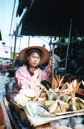 Fata Thailanda: vanzatoare piata plutitoare.jpg