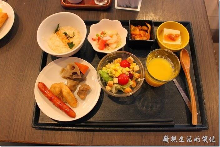 【博多祇園Hotel東名inn】的早餐真的很豐盛,這是我挑選的早餐樣式。