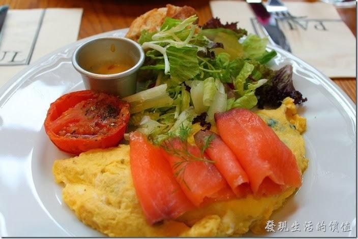 台北-PAUL早午餐。燻鮭波菜煎蛋捲,NT$310+一成服務費。這煙燻鮭魚的品質還可以,沒有什麼煙燻味,雖然不像生魚片那樣完全沒有處理過,但對於不敢吃生魚片的朋友還要考慮一下。除了煙燻鮭魚外,其主菜應該就是波菜煎蛋捲了,這還是我第一次吃到蛋捲內加波菜入味的,另外還有一片烤過的牛番茄、生菜沙拉與兩塊麵包。