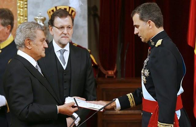 EL REY JURA ANTE LAS CORTES GUARDAR Y HACER GUARDAR LA CONSTITUC