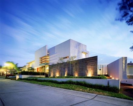 Una casa moderna con materiales nobles que genera un for Estilos de arquitectura contemporanea