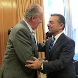 MD70. MADRID, 22/09/2011.- El rey Juan Carlos saluda al presidente de Canarias, Paulino Rivero (d), a quién ha recibido en audiencia esta tarde en el Palacio de la Zarzuela, en el marco de una ronda de contactos del jefe del Estado con los presidentes de las comunidades y ciudades autónomas. EFE/Manuel H. de León ***POOL***