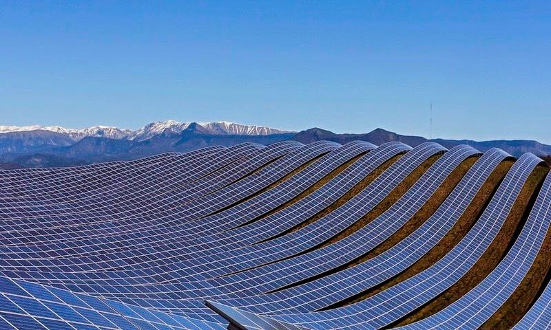 The les m es solar farm in france amusing planet for Solar ranch