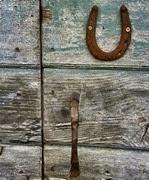 umas no cravo e outras na ferradura. Considerada por muitas pessoas um amuleto ligado à sorte e felicidade, acredita-se que a ferradura protege contra mau-olhado e desgraças. Ela está ligada a uma crença que vem desde a Grécia Antiga: os gregos tinham o ferro como um elemento que afastava o mal e acreditavam que a Lua Crescente afugentava a infertilidade e a má sorte.