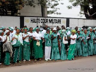 – Quelques Kimbanguistes ce 22/07/2011 à Kinshasa, lors de l'arrêt du procès de révision de Simon Kimbangu par la haute cour militaire. Radio Okapi/ Ph. John Bompengo