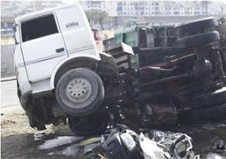 Un camion se renverse avec 15 passagers à son bord à Achaacha