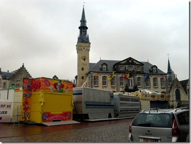 Lier, 市庁舎前ではケルミス(移動遊園地)が準備されている。
