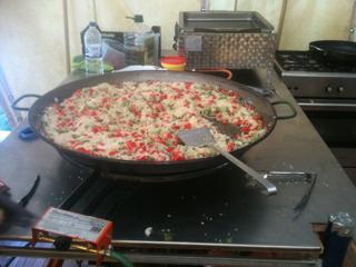 We maken paella in de kampkeuken. Dit is de traditionele welkomstmaaltijd op zaterdagavond, met sangria en tapas vooraf. De X-adventure keukenverantwoordelijke (Walter) kan al geen paella meer zien, zegt hij...