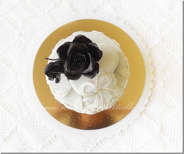 Torta con rose nere e ghiaccia