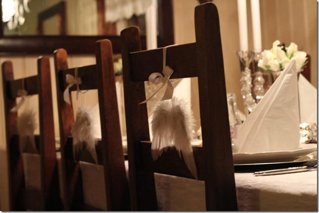 hvitt bord pyntet med sølv, kongler, diamanter og snø  IMG_0779