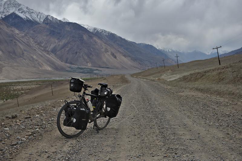 Dispare asfaltul si apar valurile Wakhanului.