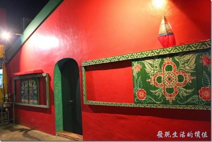 墾丁-迪迪小吃南洋菜。看看房子旁邊的窗戶也是木製的,上面也畫上了各種圖騰。