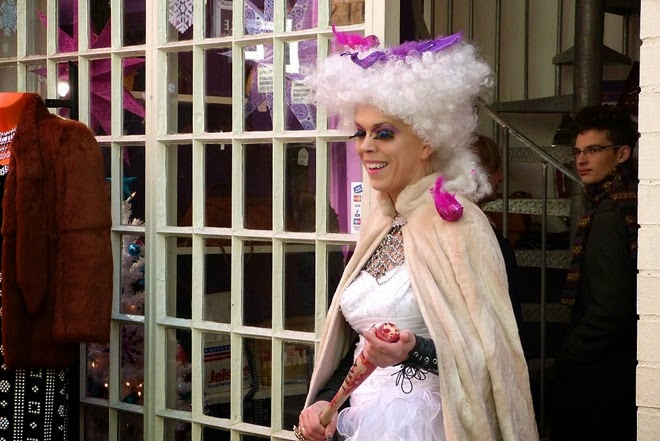 Бирмингем, Custard Factory, мадам перед магазином Фламинго