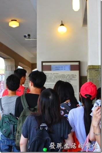 台南-林百貨重新開幕。入口處有本館可容納人數與目前館內人數的螢幕顯示。