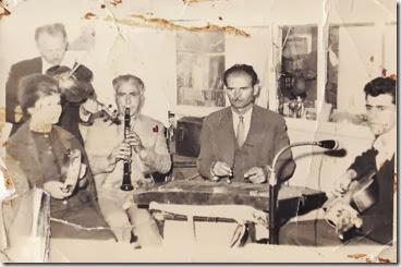 Kαφενείο Ευσταθίου , Ελένη , Αθ.Πίτσιος - Φαλιαμπάρας ,Θωμάς ΧαΊδος σαντουρι , Κ.Πίτσιος , κιθάρα.Γιαν. Μπίρπος βιολί  ,