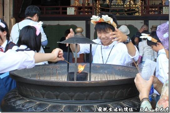 日本奈良-東大寺,這個帶著鹿角的小男孩正在用力的把香爐上的煙撥到自己的身上來,據說可以去晦氣,這是一般日本民眾拜拜燒香時經常會做的動作,其實心誠則靈啦。