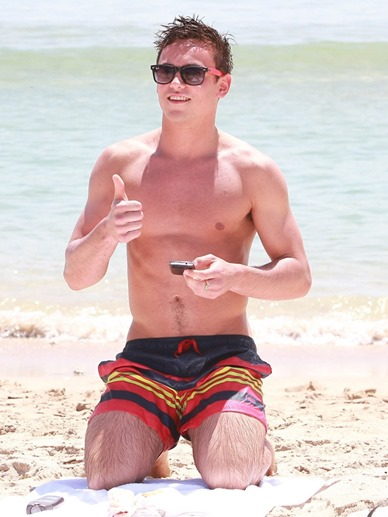 Tom-Daley-Sighting-at-the-Beach-in-Florida-03