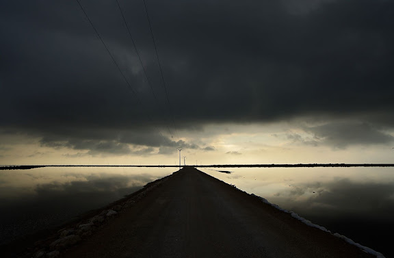 Salines de la Trinitat, situades a la península de la Banya, al meridió del delta de l'Ebre, que tanca el port dels Alfacs. Sant Carles de la Ràpita, Montsià, Tarragona