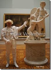 DSC02454 (1) Fredrik Vesterberg vita kläder hatt läderjacka handskar stövlar vnr. 356. Amor och Psyke av Sergel med namn. Beställ gärna bilder och fotografering av Fredrik!