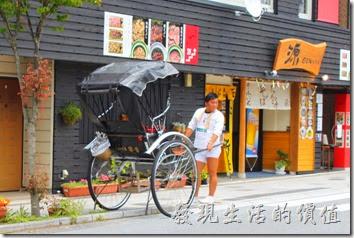 日本北九州-由布院街道。往金鱗湖的路上可以隨時看到這種人力車,在日本的很多觀光景點都有這種人力車。