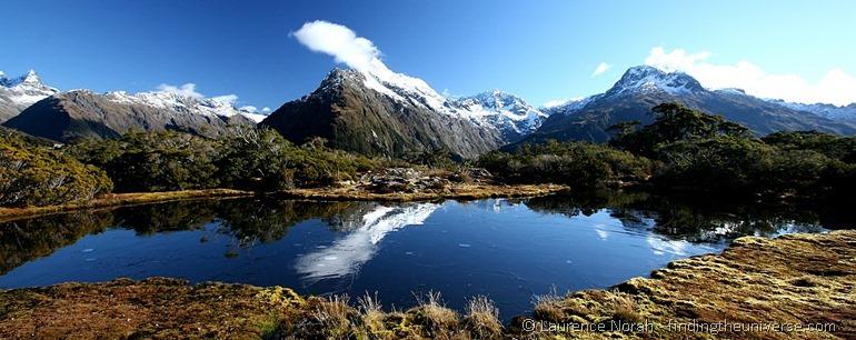 Alpensee mit Spiegelung