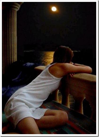 chica-en-el-balcon-mirando-la-luna
