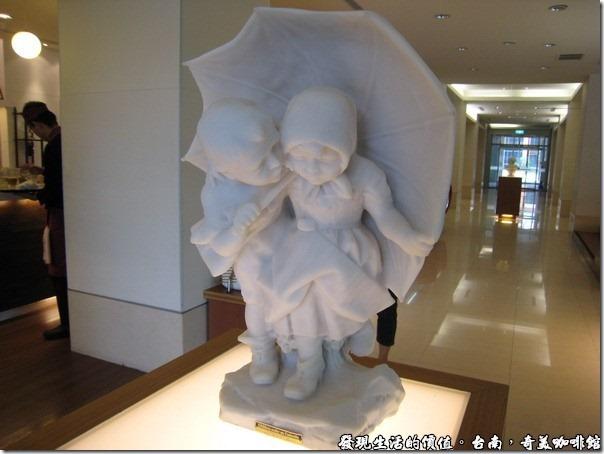 台南奇美咖啡館。Chirldren under an umbrella雕像。我好像在神旺大飯店也有看過類似的雕像?