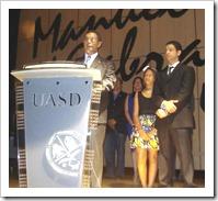 (3) Pedro Diaz Ballester mientras agradecia el Reconocimiento internacional. Observan sus hijos Pierre Andre y Rosanna Marina D
