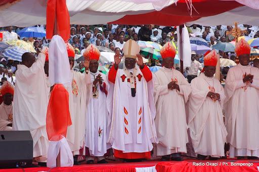 Au centre le Cardinal Laurant Monsengwo Pasinya et les éveques du Congo à Kinshasa lors de la premiére célébration du cardinal devant les fidèles catholique. Radio Okapi / Photo John Bompengo