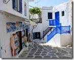 E quase tudo (portas, janelas e escadas) é pintado de azul.