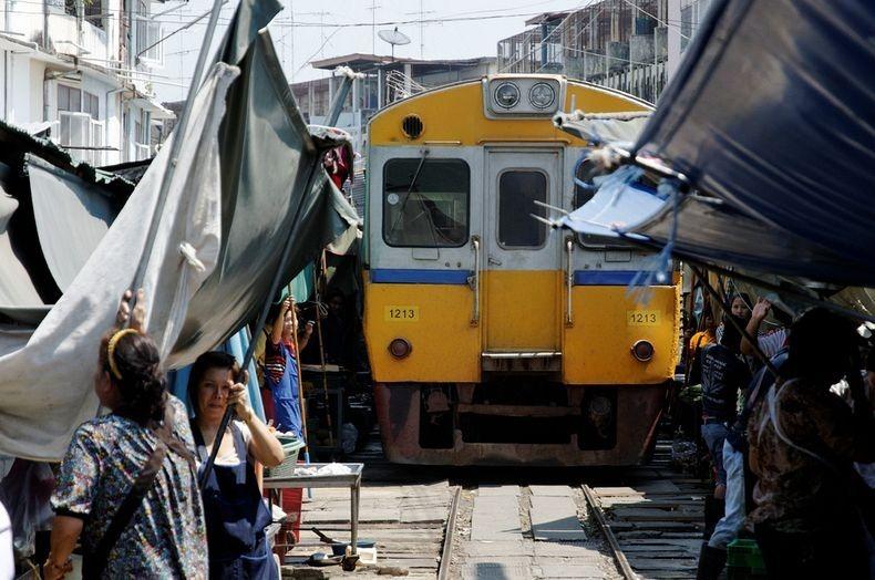 maeklong-railway-market-14